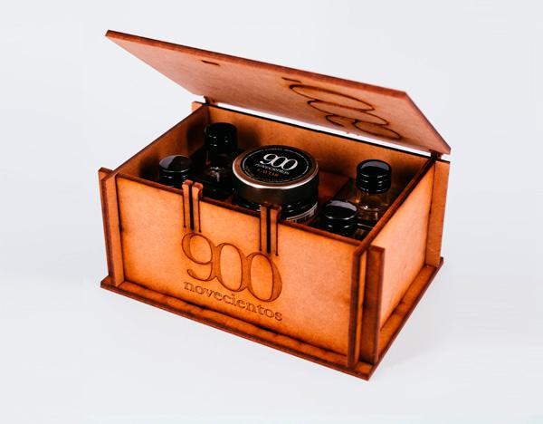 Caja madera con esferas de aceite de oliva y aceite de albahaca, ahumado y vinagre balsámico